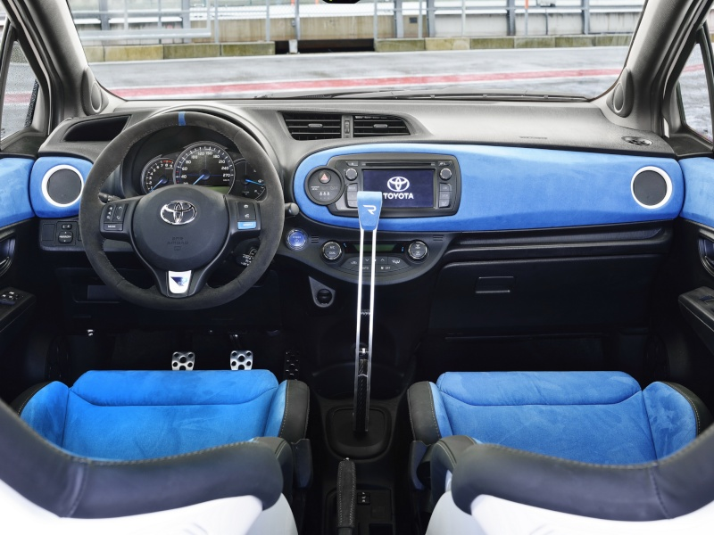 2013 toyota yaris hybrid r concept page 2 for Interieur yaris hybride
