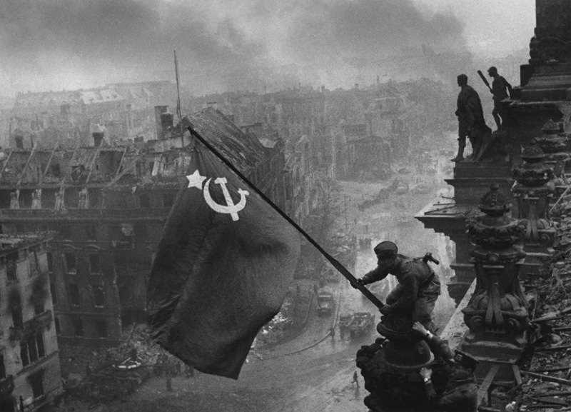 Le drapeau rouge flotte sur Berlin reichs10