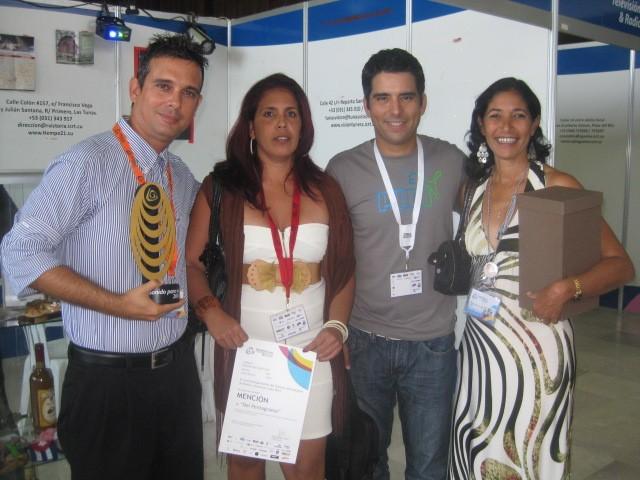 Luis Silva (Pánfilo en Vivir del cuento) junto a radialistas premiados de Radio Camoa